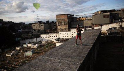 Jóvenes de Río buscan sitios de ocio alternativo en la superpoblada ciudad