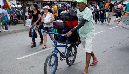Medio millar de venezolanos tratan de entrar en Colombia a través de uno de los puentes