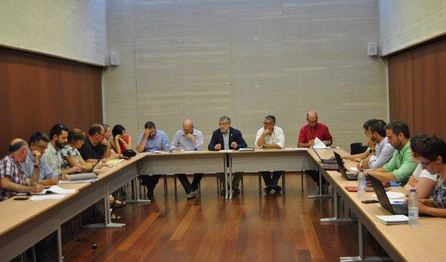 Foto: Felpeto entrega acuerdo a sindicatos sobre mejoras en el profesorado (EUROPA PRESS/JCCM)