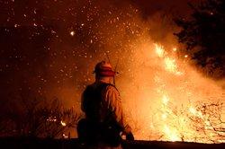 EUA.- L'incendi de Califòrnia amenaça ja 10.000 habitatges (GENE BLEVINS / REUTERS)