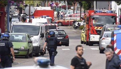 Dos hombres armados degüellan a un cura en una iglesia de Francia