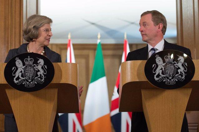 Foto: May y Kenny abogan por la libertad de movimiento entre Reino Unido e Irlanda (POOL NEW/REUTERS)