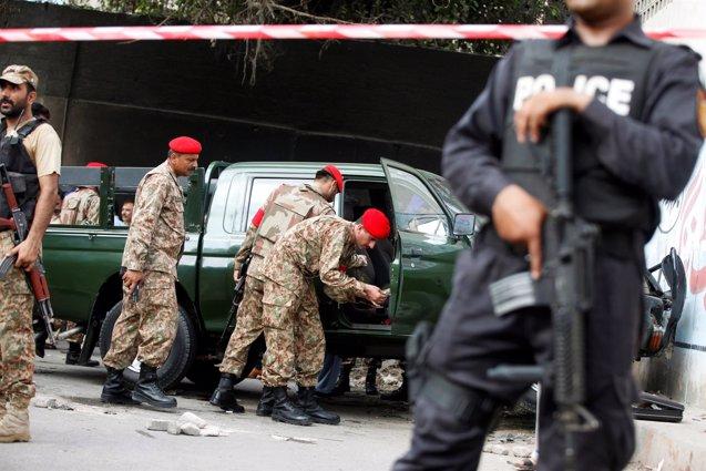 Foto: Dos militares paquistaníes asesinados en Karachi tras una emboscada (Reuters)