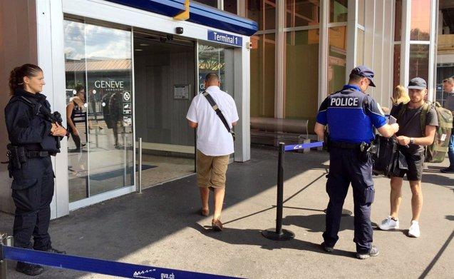 Foto: Una broma de una mujer que quería evitar que su marido viajara provoca el caos en aeropuerto de Ginebra (REUTERS)