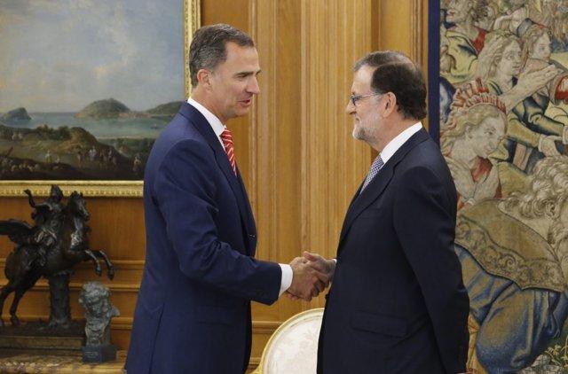 Rajoy acepta el encargo del Rey de intentar conseguir apoyos, pero no anticipa si irá a la investidura