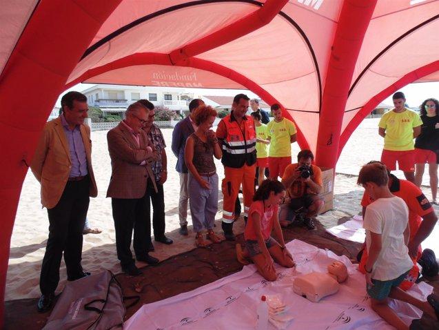 Foto: El 061 y la Fundación Mapfre previenen ahogamientos en la playa de Punta Umbría (EUROPA PRESS/JUNTA)