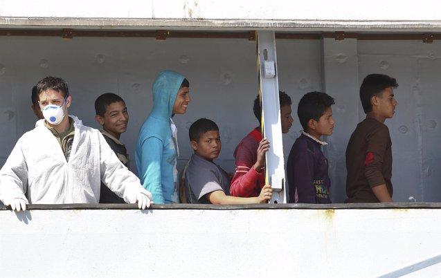 Foto: Save The Children denuncia los abusos a los menores que llegan a Europa por las mafias (ANTONIO PARRINELLO / REUTERS)