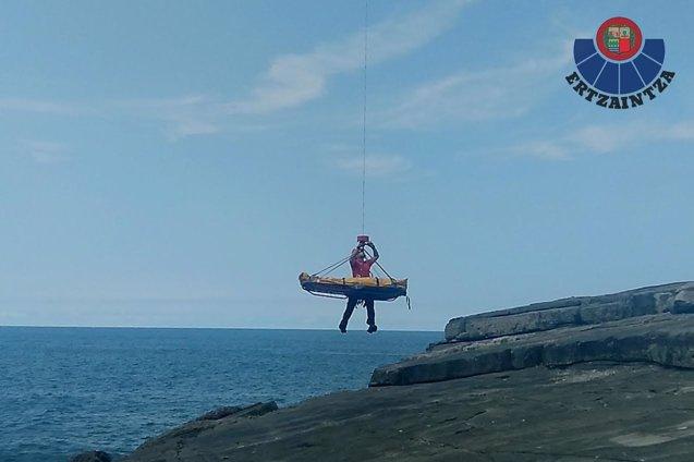 Foto: Rescatado en helicóptero un joven de 16 años herido en un acantilado (ERTZAINTZA)