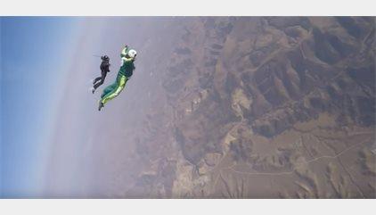 Luke Aikins bate el récord de salto sin paracaídas desde más de siete kilómetros de altitud