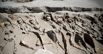 Arqueólogos griegos encuentran 80 esqueletos maniatados que podrían datar...