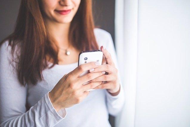 Foto: Los cántabros, los que menos mensajes de texto envían por el móvil, con una media de cinco al mes  (PIXABAY/KABOOMPICS)