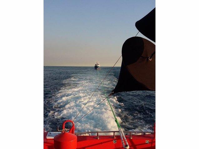 Foto: Remolcado hasta A Coruña un pesquero con siete tripulantes por una avería (SALVAMENTO MARÍTIMO)