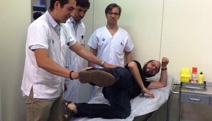 Un pacient segueix caminant després de substituir un múscul de la cama per un de l'esquena