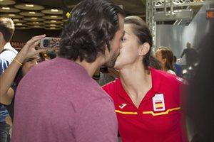 Carolina Marín presume de su novio Alejandro a su llegada a Madrid
