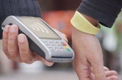 CaixaBank supera 100.000 clients amb polsera Visa 'contactless' (CAIXABANK)