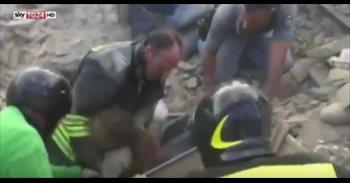 """(VÍDEO) """"¡Está viva!"""", el emotivo momento del rescate de una niña..."""