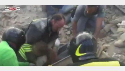 """(VÍDEO) """"¡Está viva!"""", el emotivo momento del rescate de una niña atrapada durante 17 horas en Pescara del Tronto"""