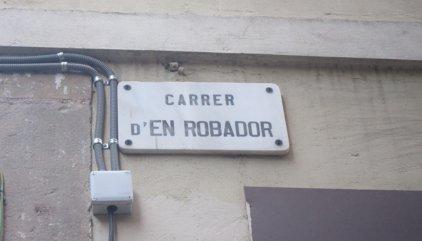 Veïns del Raval exposen a la Síndica de Barcelona la degradació del carrer Robador