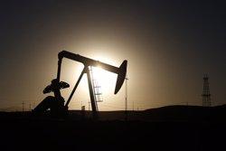 Bank of America preveu que el preu del barril de petroli arribi als 70 dòlars el 2017 (ARCHIVO)