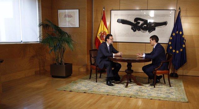 Rajoy y Rivera están 'implicados' en la negociación y siguen el proceso 'al minuto'