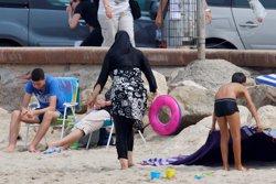 El Consell d'Estat francès suspèn la prohibició del burquini en un municipi (REUTERS)