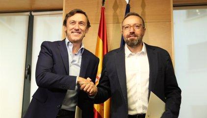 Los portavoces de PP y Ciudadanos firman el pacto de investidura