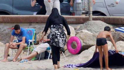 Cazeneuve estima que una ley contra el 'burkini' incrementaría la tensión en Francia