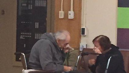 """""""Esta es la foto más triste que jamás he tomado"""": Una pareja de ancianos se ve obligada a separarse tras 62 años juntos"""
