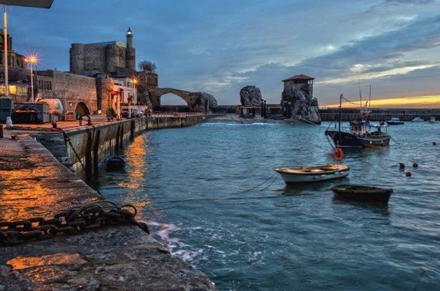 Foto: Correos emite dos postales dedicadas al puerto pesquero y el faro de Castro Urdiales  (CORREOS)
