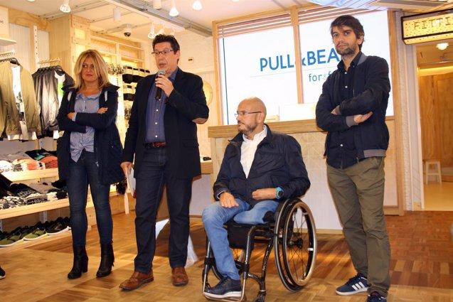 Foto: Pull&Bear (Inditex) inaugura en Ferrol su primera tienda de integración de personas con algún tipo de discapacidad (EUROPA PRESS)