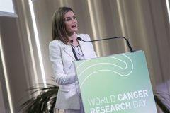 La Reina Letizia recicla su armario en el Día Mundial de la Investigación en Cáncer