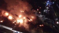 Moren vuit bombers a un gran incendi en un magatzem de plàstic a Moscou (REUTERS)