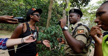 La Policía ugandesa impide una marcha del orgullo gay a las afueras de...