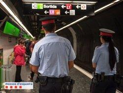 Detingut un carterista que va aixecar sospites per anar amb una bossa de dona al Metro (MOSSOS D'ESQUADRA)