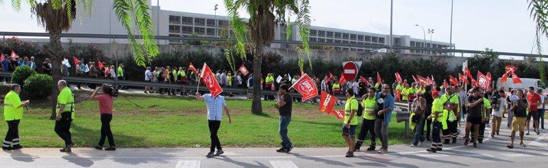 Más de 200 personas se manifiestan en el Aeropuerto de Palma para exigir el cumplimiento del convenio del sector aéreo