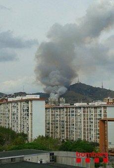 Es declara un incendi a la serra de Collserola a Esplugues (TWITTER @BOMBERSCAT)