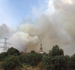 Desallotgen un club de tenis pel foc a la serra de Collserola a Esplugues (EUROPA PRESS)
