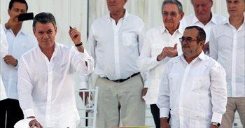 """Santos da """"la bienvenida a la democracia"""" a las FARC tras la firma del..."""