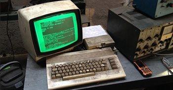 Un taller de Polonia lleva 25 años usando este ordenador Commodore 64...