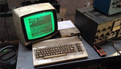 Un taller de Polonia lleva 25 años usando este ordenador Commodore 64 para reparar vehículos