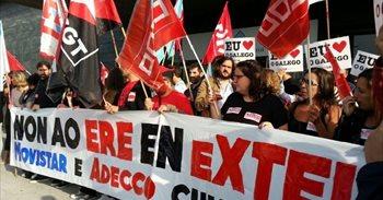 Más de 200 personas protestan contra el ERE de Extel en A Coruña