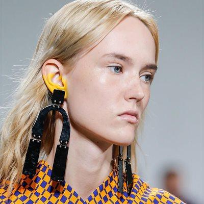 Foto: Las orejas se maquillan y también se merecen que las mimes (PROENZA SCHOULER/ CORDON)