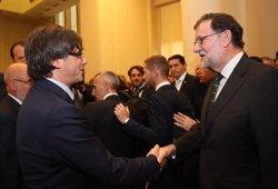 Rajoy i Puigdemont se saluden a Porto a la inauguració d'una exposició de Miró (GENCAT)