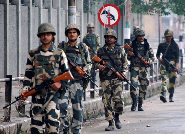 Patrulla de soldados indios en Cachemira