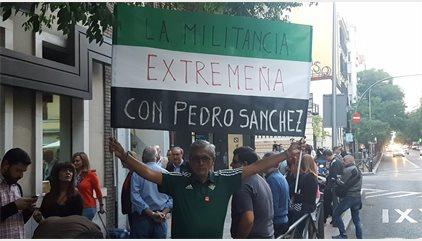 Militantes socialistas increpan a los críticos a su entrada en Ferraz