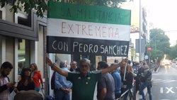 Militants socialistes increpen els crítics a la seva entrada a Ferraz (EUROPA PRESS)