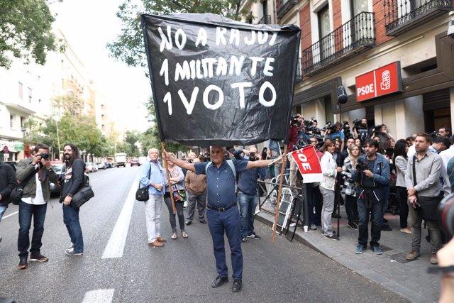 Exteriores de la reunión del Comité Federal del PSOE en la calle Ferraz