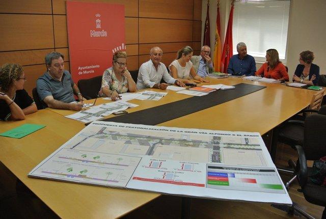 Roque Ortiz con representantes de los grupos políticos