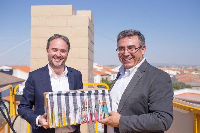 El director general de Amazon, F. Nuyts, y alcalde de Añora, B. Madrid