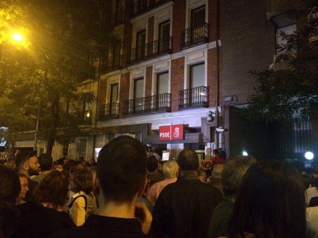 Calle Ferraz abarrotada tras la dimisión de Pedro Sánchez